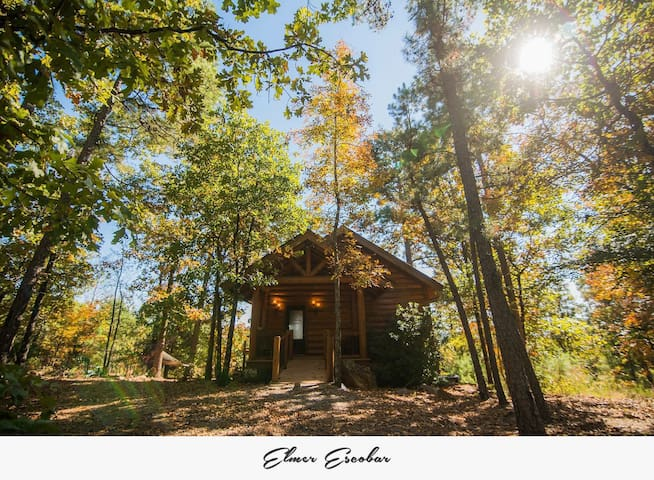 Secluded romantic private luxury log cabin getaway only 20 minutes from Little Rock