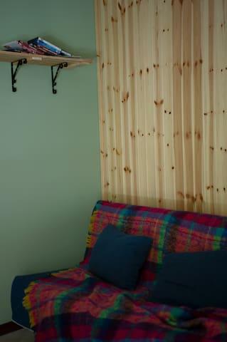 Divano-letto utilizzabile per aumentare la capienza della casa di due posti letto.
