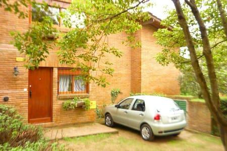 Hermosa casa con jardín privado en Pinamar - Pinamar - Hus
