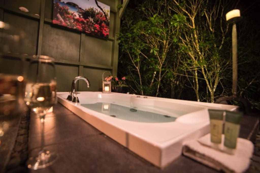 Relaxation and romance in the treetop bathhouse