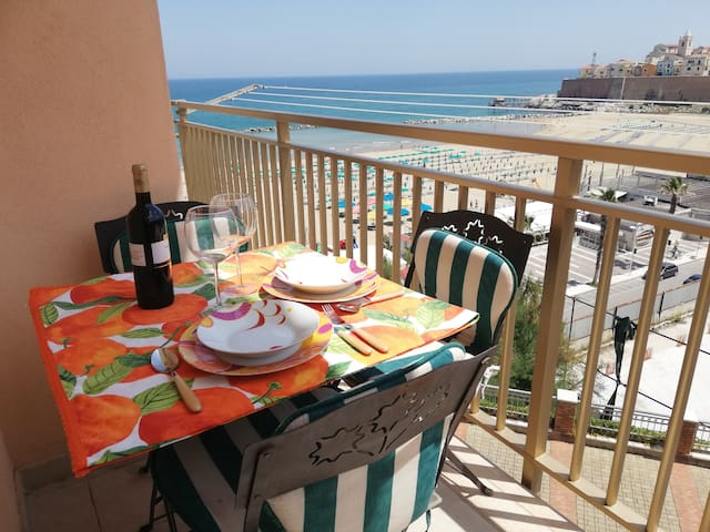 """Sea View Apartment"".WiFi.Posti riservati al lido."