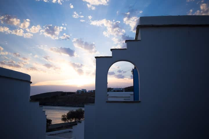 Patroklos: Modern Cyclades House by the beach