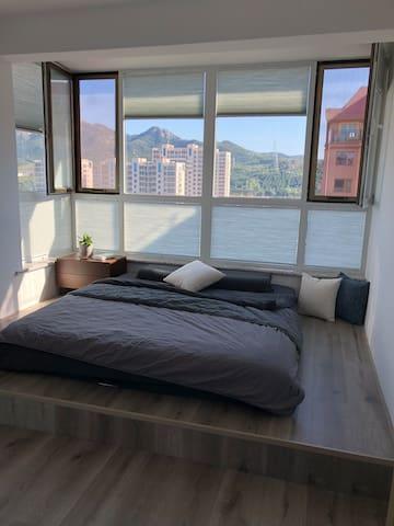 二层南卧室,有空调,榻榻米可睡多人,可硬睡也可放薄软垫