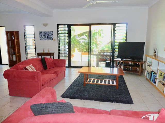 Spacious 2 bedroom 2 bathroom townhouse with pool - Stuart Park