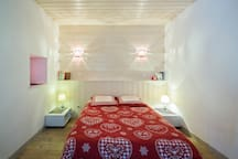 Chambre 4 avec un lit de 140 cm,  deux tables de nuit  et lampes de chevet