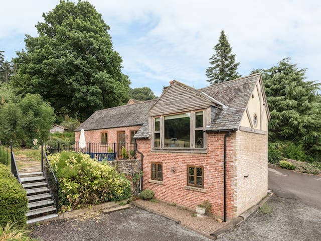 THE GARDENER'S COTTAGE, pet friendly in Llanyblodwel, Ref 912050