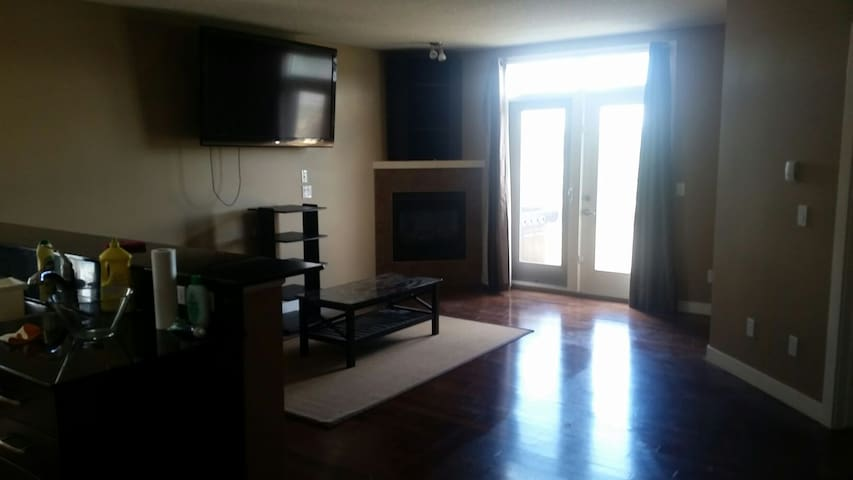 Beautiful private room with lock in Inner City - Calgary - Wohnung