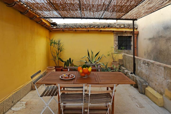 Large roof terrace right in the centre of Noto