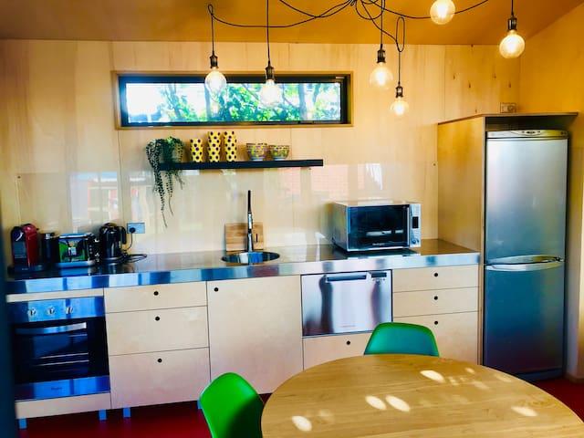 Stylish Pool House with Netflix & starter breakfast