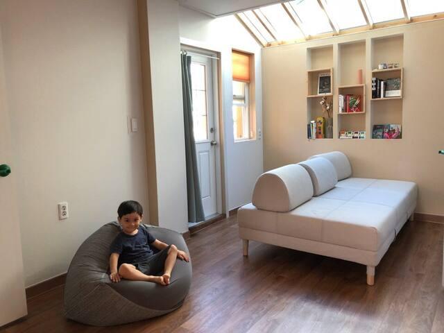 [201호, 2인실 침대]넓은 거실,책과 여유로움-북스테이 말랑말랑-개별욕실,호텔 침구