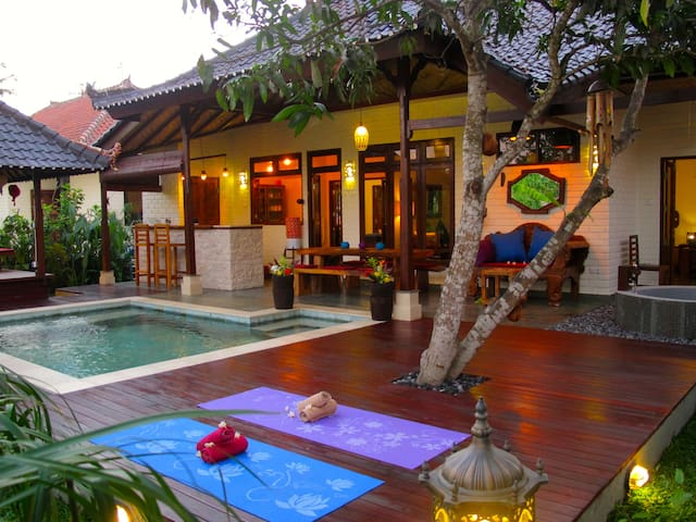Private room/bathroom in villa with pool, sea 100m - Karangasem Sub-District - Hus