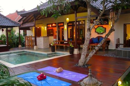 Private room/bathroom in villa with pool, sea 100m - Karangasem Sub-District
