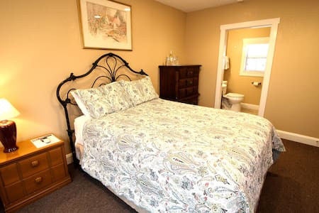 Peach Tree Inn & Suites | Queen Room