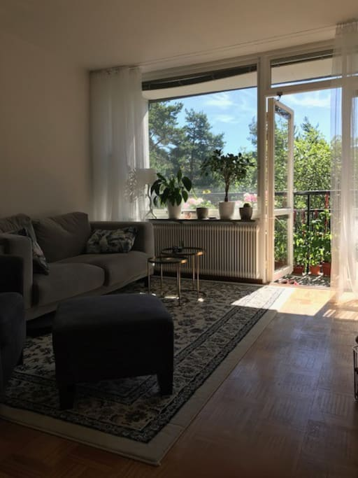 Vardagsrum med tv och balkong