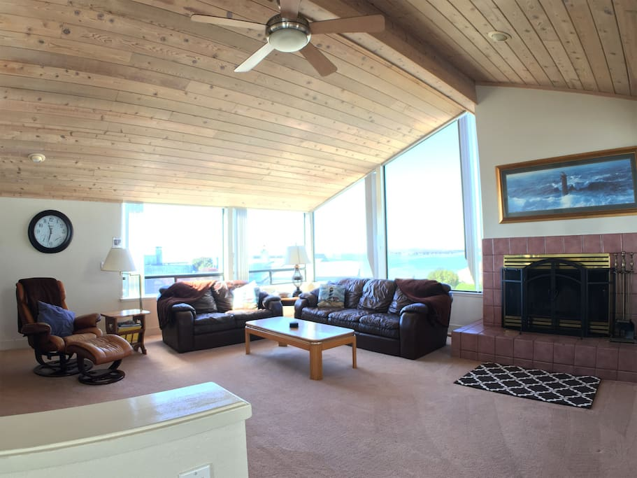 Large Picture windows with great views of Ocean/Doran Beach