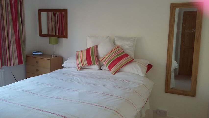 Comfy King sized or Twin Room - Beautiful Gardens!