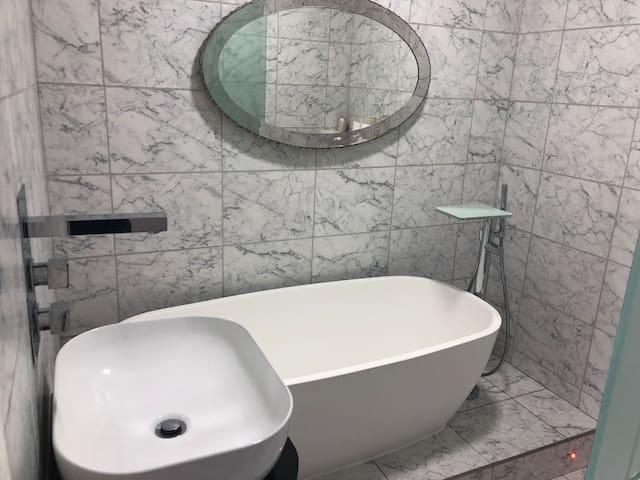 Luxury 1 bedroom apartment en suite central line