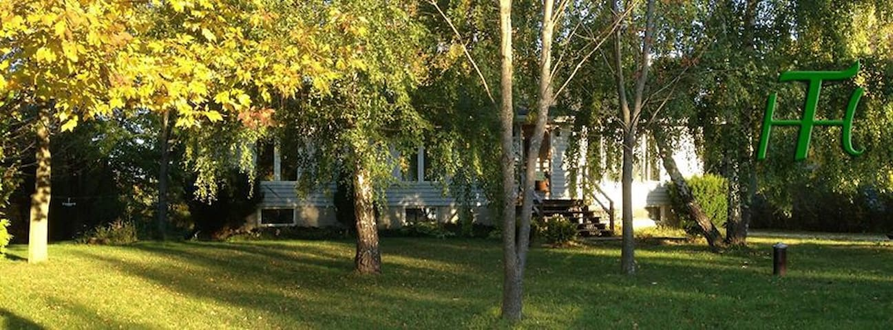 Spacious cottage on treed 1/2 acre on Lake Huron. - Port Albert - Stuga