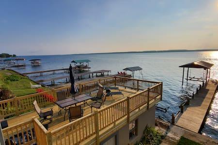 Wine Down Retreat: Beautiful Lakefront home, FLX