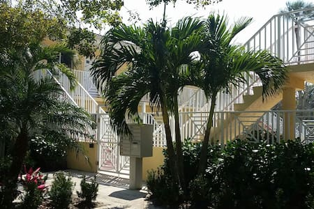 Perfectly located Old Naples condo - Naples