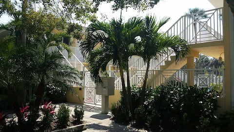 Perfectly located Old Naples condo