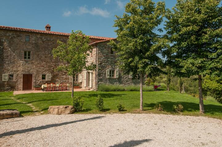 Luxury 6 bedroom Umbria villa with pool.