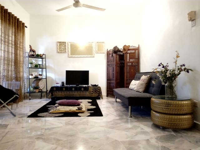 My place is clean and cozy. Provide private transport and tour service if needed. - Puchong - Casa
