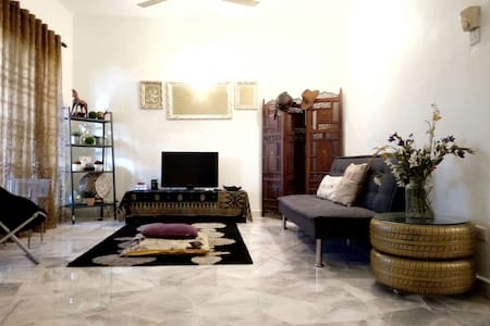 My place is clean and cozy. Provide private transport and tour service if needed. - Puchong - Maison