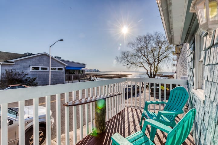 A pair of bay view cottages with cable & free WiFi - walk 2 blocks to the beach!