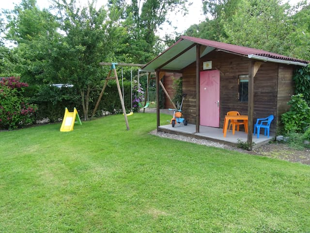 Balançoires et toboggan + cabane de jardin avec jouets.