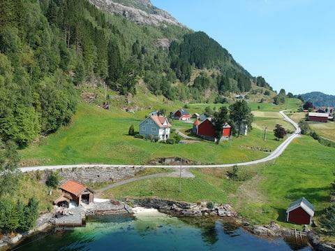 Løtufta - farmhouse by the fjord with boat