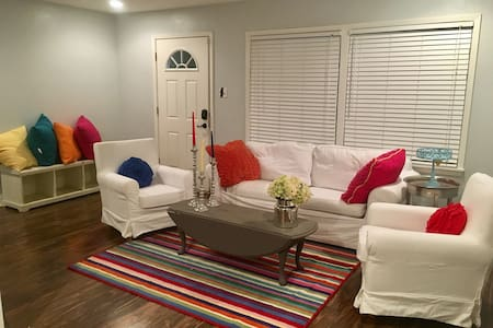 The Cowtown Cottage- Bright Fort Worth Fun! - Huis