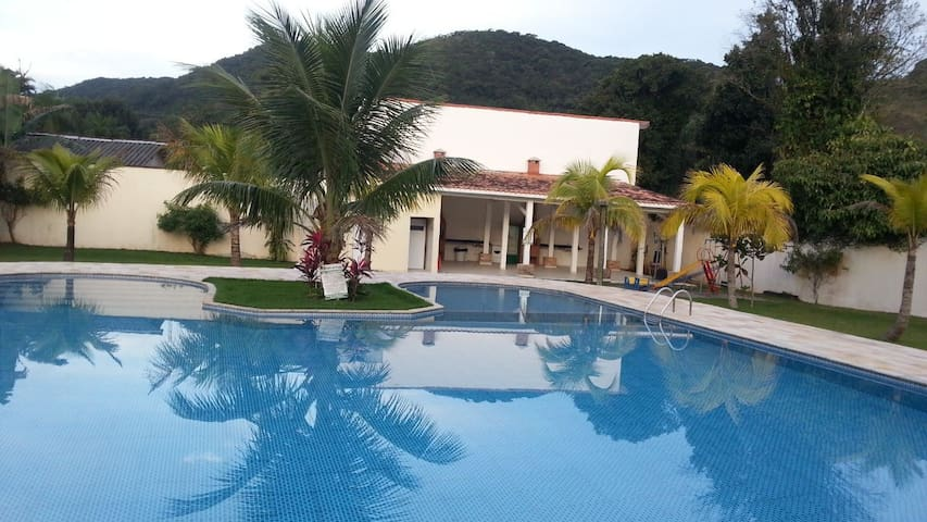 Casa Juquehy, cond. fechado, 2 suítes, ar, piscina