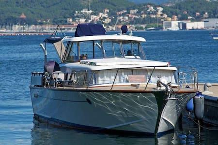 Barca  in legno sul fiume - Ameglia
