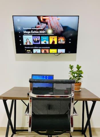 Smart TV, WiFi y Escritorio con Silla de oficina.