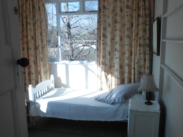Sunny single room in the southern suburbs