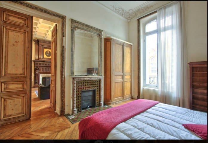 Spacious room in classic apt Parc Monceau 17eme