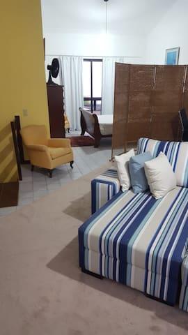Sofá e vista do quarto ao fundo