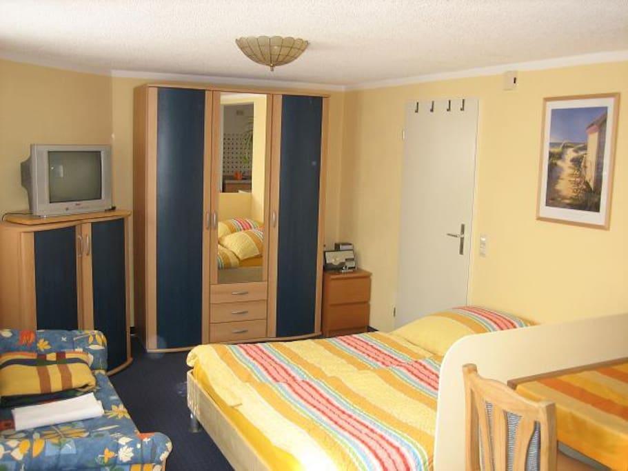 Kleiderschrank, TV, Bett (1,4m breit)