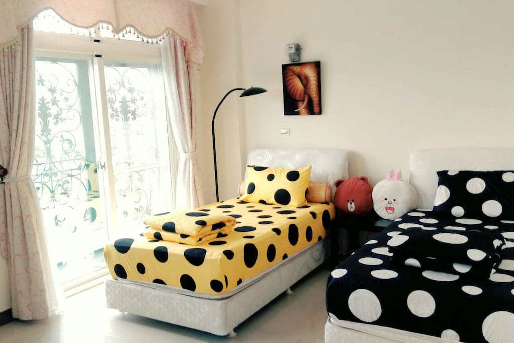 草間彌生風的花蓮市小陽台雙人套房 Beautiful two beds suite in Haulien City
