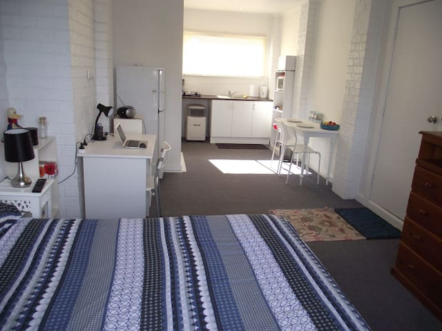 STUDIO,NO SHARING AT ALL, 15min Airport, 25min CBD - Keilor - Andre