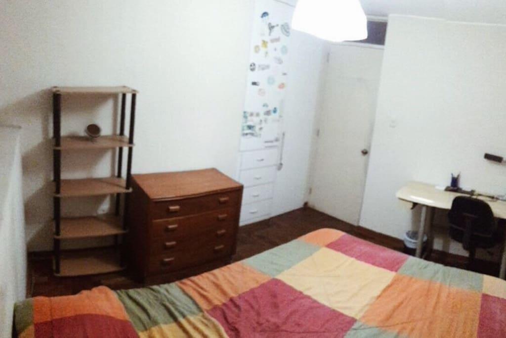 La habitación; cama de 2 plazas, escritorio, cajones y closet.