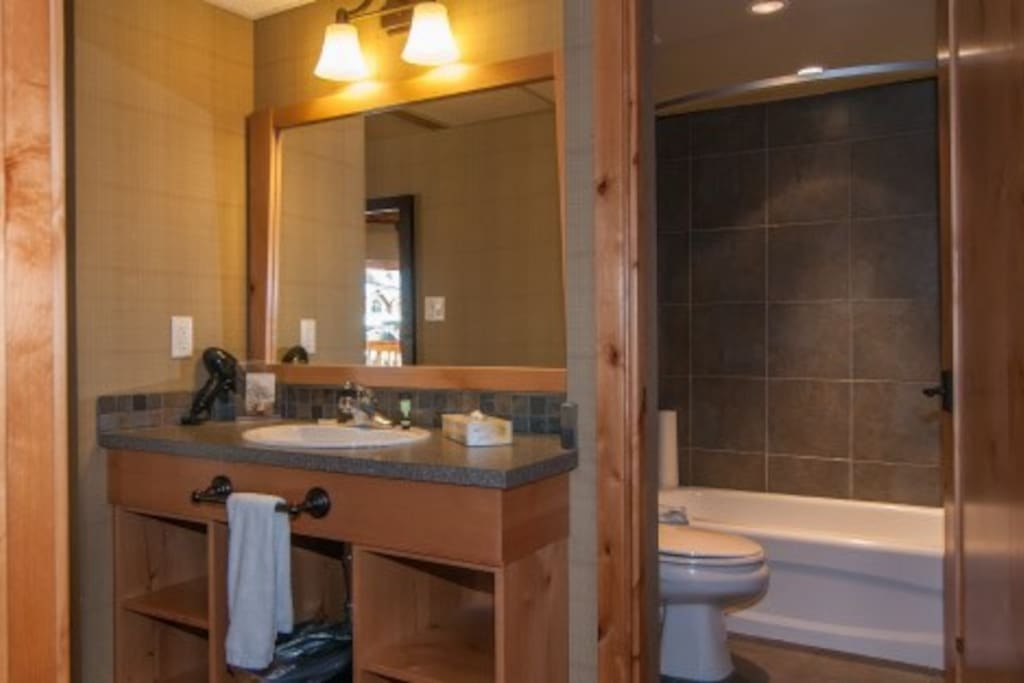Take a relaxing bath or shower after a day in the mountains in the equipped bathroom with lovely wood touches.