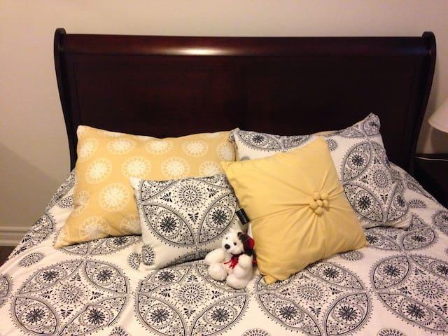 Queen Size Bed Yellow Room