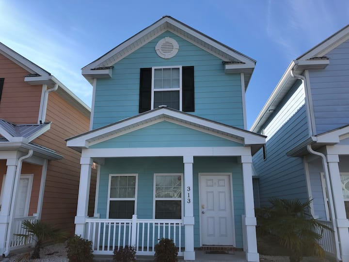 Charming 2-BR Cottage,1 Block To Beach