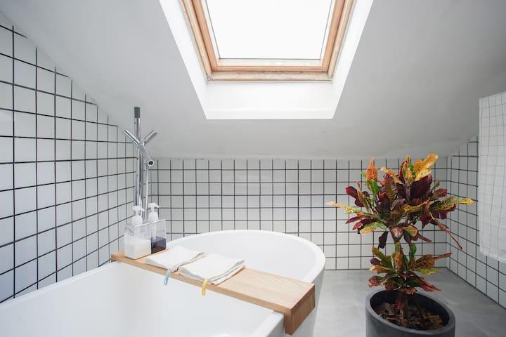 麻瓜R5 设计师自住 阁楼浴缸房间 西溪湿地 阿里巴巴 海港城