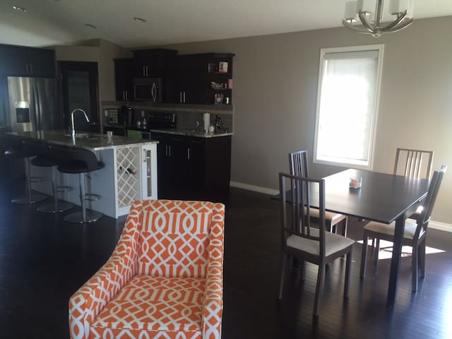 Great location. New, Clean house! - Edmonton - House