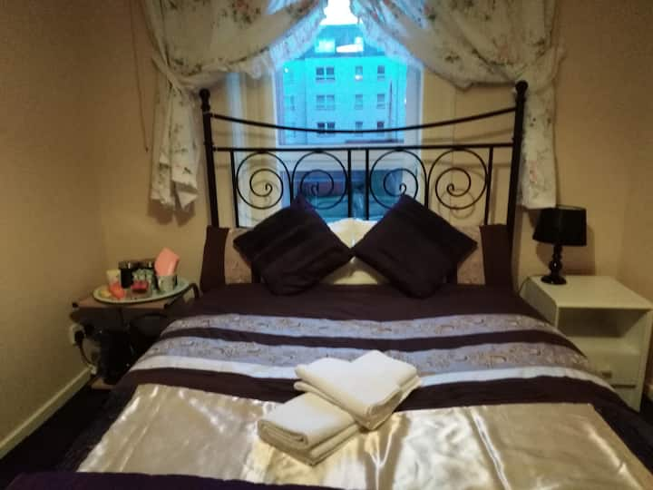 A NICE DOUBLE ROOM WITH WIFI & FREE PARKING SPACE.