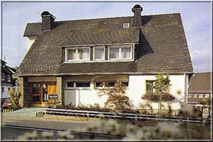 Pension Braun (Winterberg/Stadt) -, Dreibettzimmer Nr. 5 - ruhige Lage im Zentrum Winterbergs