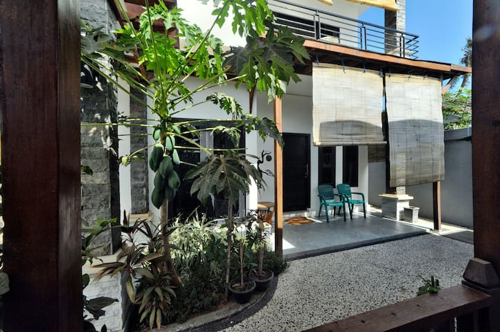Wave House Gerupuk Lombok Room 2 Single Bed/Garden